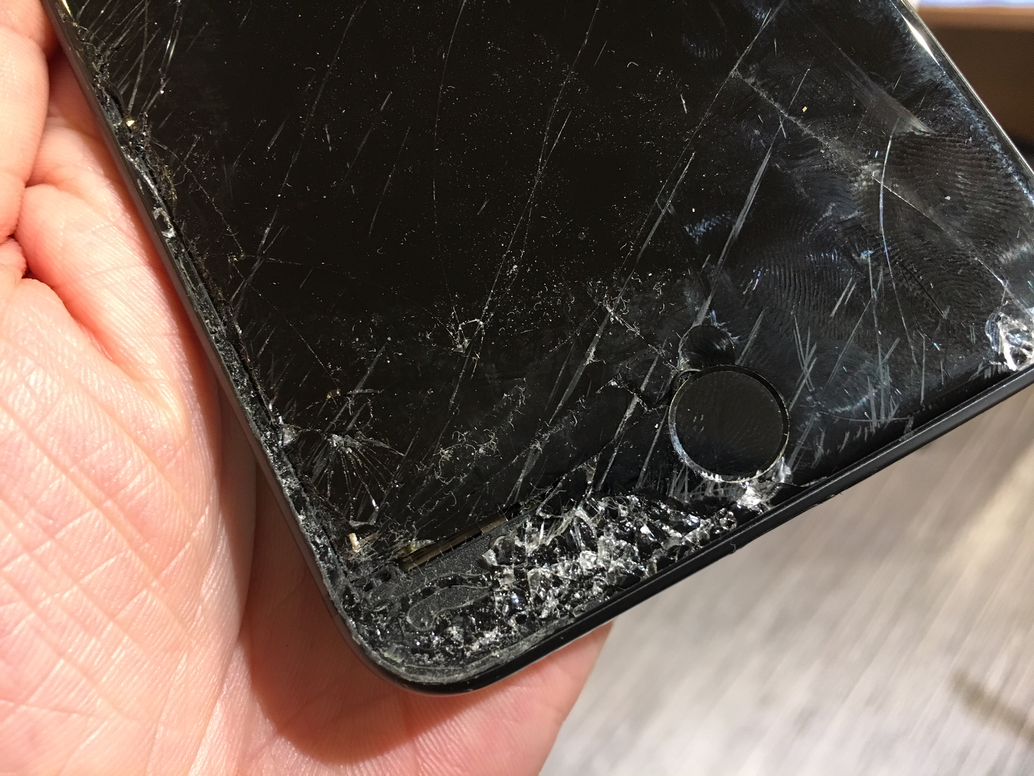 iPhone8の画面割れ。iphone修理尼崎、伊丹、スマートクール