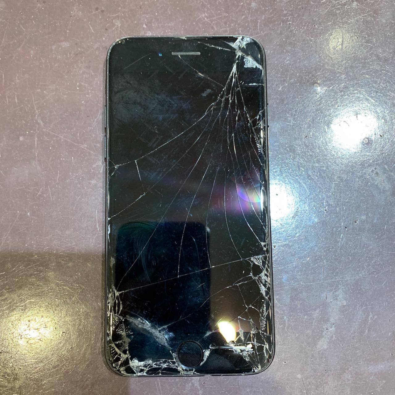 アイフォンの画面がバキバキに、、、iPhoneの事で困った時はスマートクールイオンモール伊丹店まで!!<宝塚市からお越しのお客様>TEL:072-767-1011