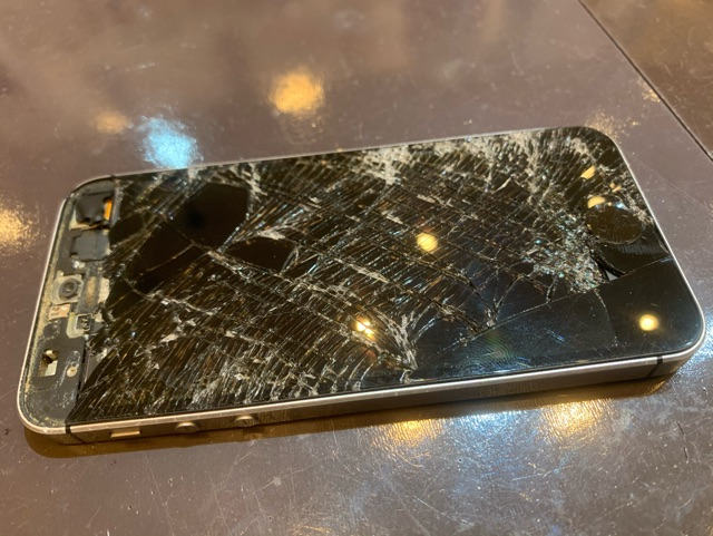 尼崎市よりご来店 iPhoneSE(第一世代)画面割れ修理/バッテリー交換 So
