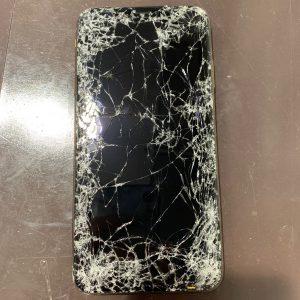 画面が破損したiPhone